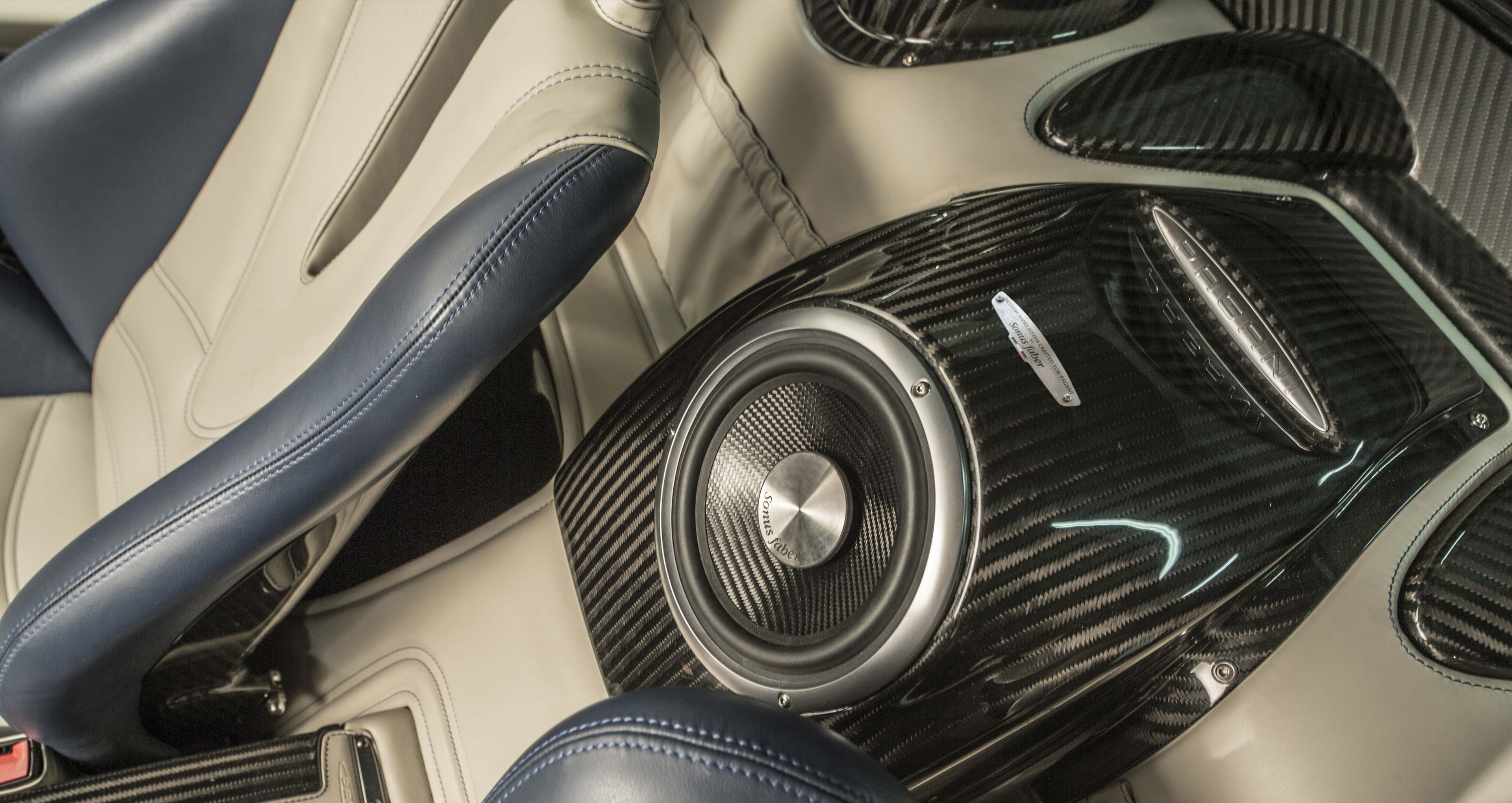 Acoustic loudspeakers for high-quality powerful cars